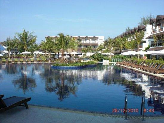 Kamala Beach Resort (a Sunprime Resort): Innenhof, Pool, Balkonzimmer