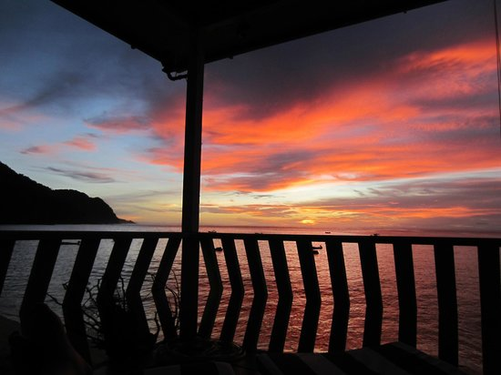 Naturalist Beach Resort: Beautiful sunset from our deck.