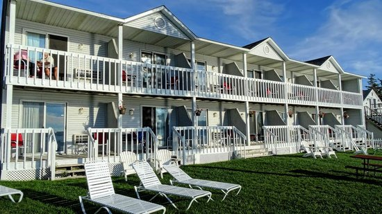 The Shoreline Resort: Front of Motel that faces the Bay