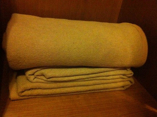 Hotel Golf: old dusty fleece blanket that made me itchy the whole night!