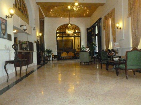 Hotel Inglaterra: Lobby round corner from reception