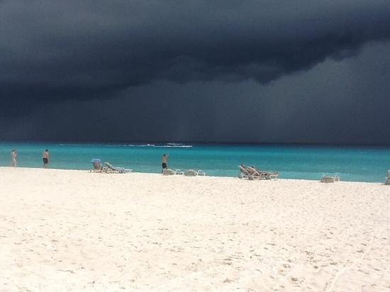 Omni Cancun Resort & Villas : storm on the horrizon, but still turquoise water