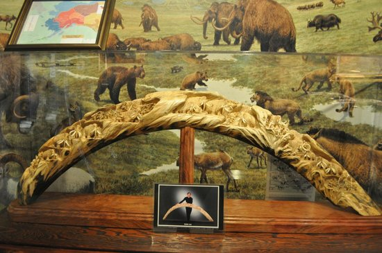 Corrington's Museum of Alaskan History: Wow, quite the carvings