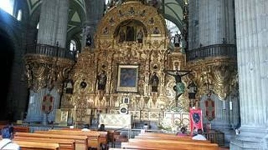 Historic Center (Centro Historico) : One of the altars inside the Metropolitan Cathedral in Mexico City