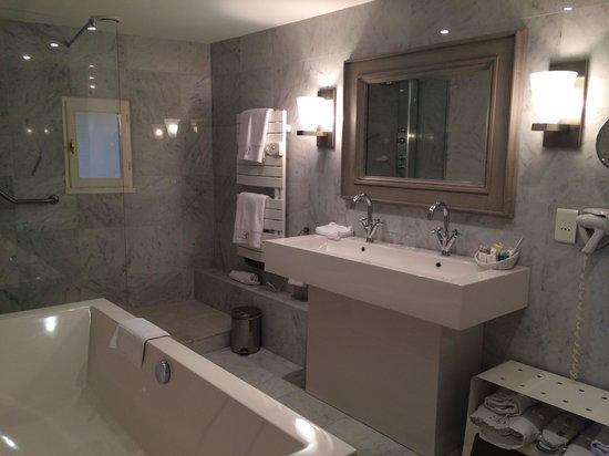 Hotel Le Brittany : Salle de bain avec baignoire et douche
