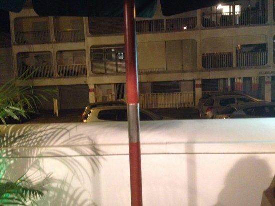 Le Carre: Vue de la terrasse sur la rue très passante et très bruyante. Une très mauvaise surprise