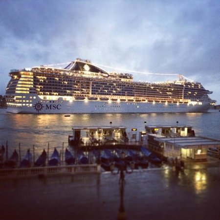 Hotel Paganelli : Cruise ship passing by in early morning