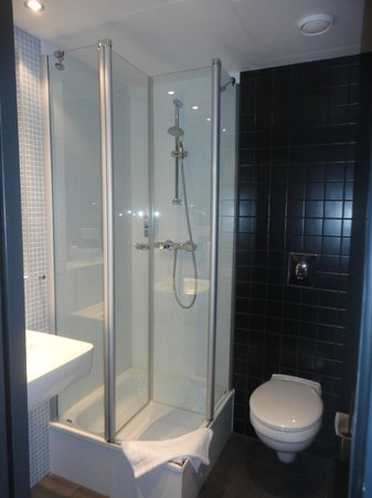 MEININGER Hotel Berlin Airport : shower cabin with NO limescale anywhere!