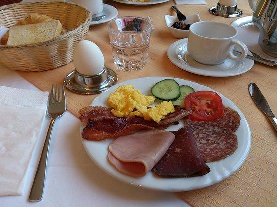 Hotel Schweizerhof: Breakfast at hotel