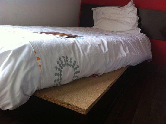 Hôtel balladins Saintes : Matelas horrible, et une planche de bois en guise de sommier!!! On est loin des photos officiell