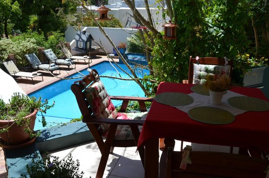 Edenwood Guest House: Breakfast at the pool
