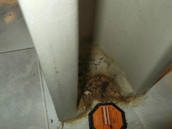 Sanz Hotel: Parte trasera lavamanos baño habitación