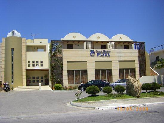 Santa Marina Plaza: Hotellets fasade mod gaden
