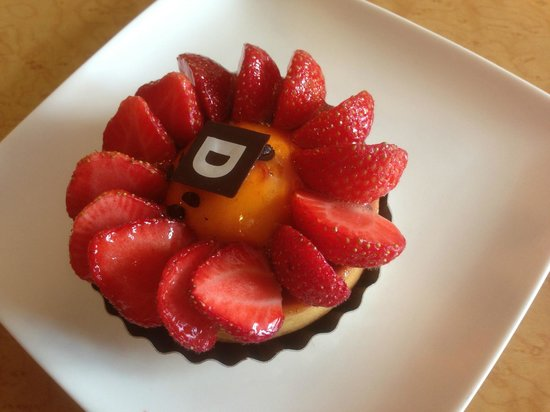Restaurant Pâtissserie Saolon de thé Divernet : Tarte aux fraises avec purée de rhubarbe et crème fruit de la passion