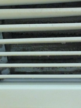 Hampton Inn Cocoa Beach/Cape Canaveral: AC vent packed with dust and dirt