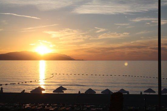 Palm Wings Beach Resort: sunset from terrace Bar