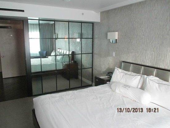 hotel shangri la santa monica de grote spiegels in de slaapkamer en hal