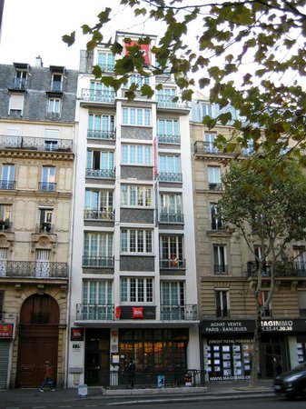 Ibis Paris Ornano Montmartre North 18th: Viewed from far side of Boulevard Ornano.