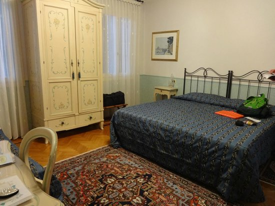 Ca' San Rocco: dresser and double bed
