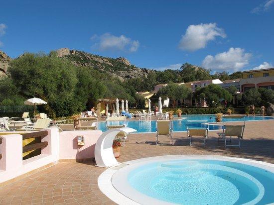 Airone Hotel: vue sur la piscine, l'hôtel est en arrière plan