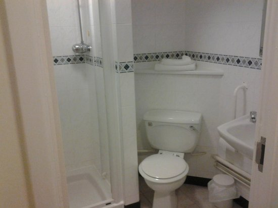 Altrincham Lodge: bathroom