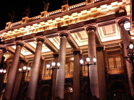 Posada Santa Fe: El Teatro que se encuentra a una cuadra del Hotel