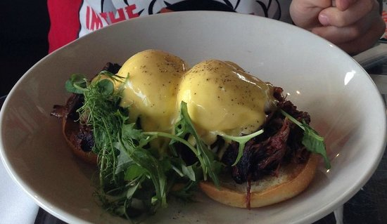 Takapuna Beach Cafe: Eggs Benedict with Short Rib