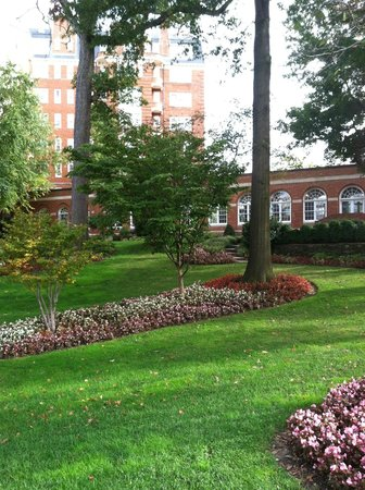 Washington Marriott Wardman Park: GORGEOUS LANDSCAPING OUTSIDE THE HOTEL