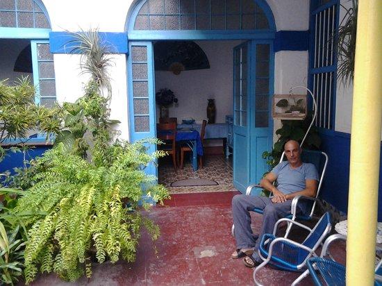 Hostal Azul: Il giardino interno.