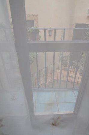 Mini Hotel B&B Spiraglio: la tenda alla finestre è un po' macchiata...
