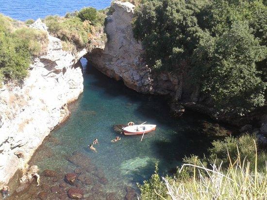 Splendida piscina naturale con sbocco al mare foto di for Bagno della piscina