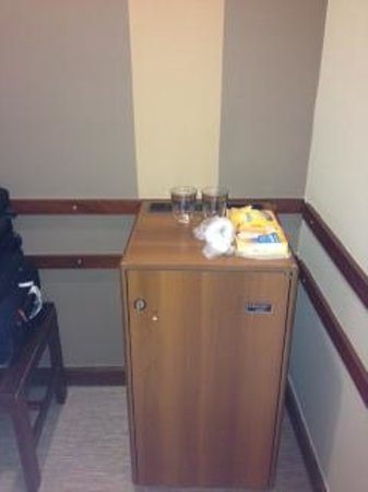 Enotel Quinta do Sol: fridge /corridor/suitcase space