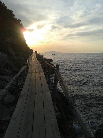 Bagni della Regina Giovanna: tramonto in passerella