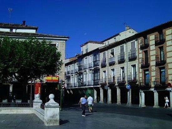 Plaza Cervantes: Calle porticada