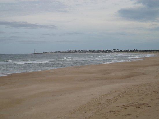 Casa Suaya: Vue de la plage avec au fond le phare de José Ignacio