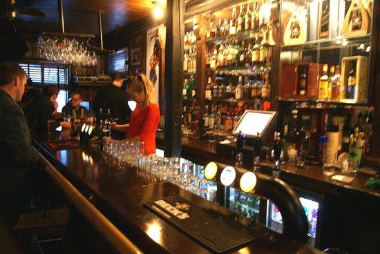 Dillon Whiskey Bar: Bar (and barmaid)