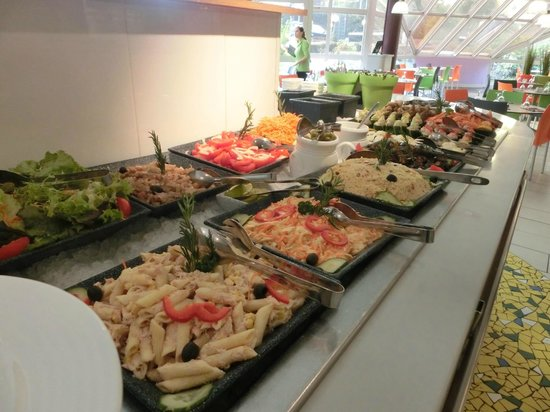 Hotel ibis Styles Paris Roissy Cdg: Food tastes OK but there were a few flies flying over the food