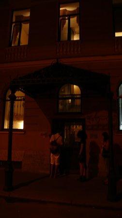 Gogol Hotel: particolare del portone di ingresso