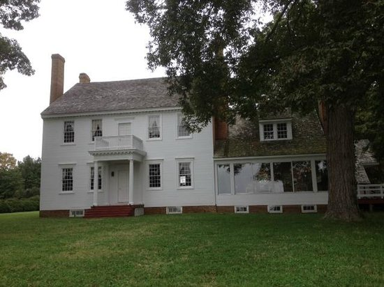 The Woodlawn Historic B&B: Manor house facing Calvert Creek