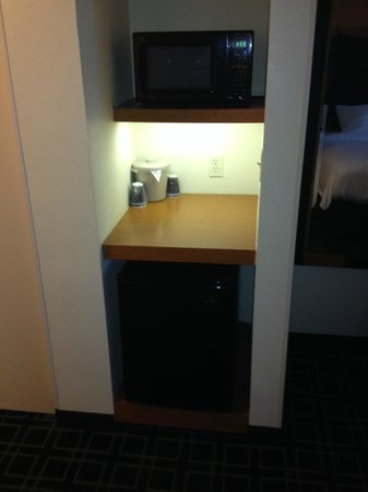 Fairfield Inn & Suites Muskegon Norton Shores : Fridge & Microwave area