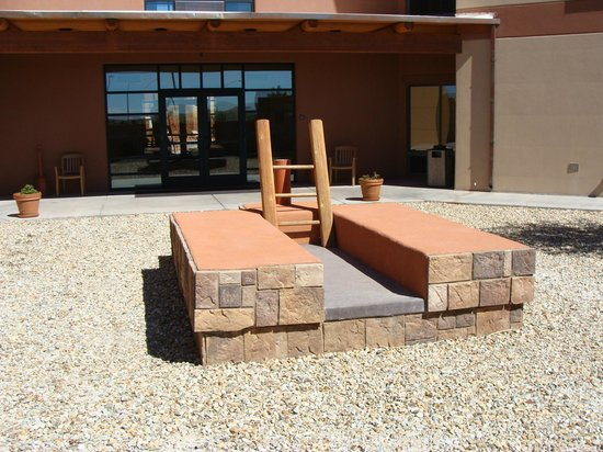 Moenkopi Legacy Inn & Suites: The Kiva Garden