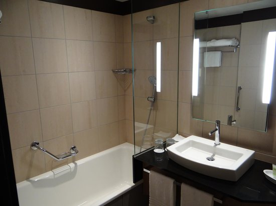 Courtyard by Marriott Paris Boulogne : Counter space and lighting by mirror.