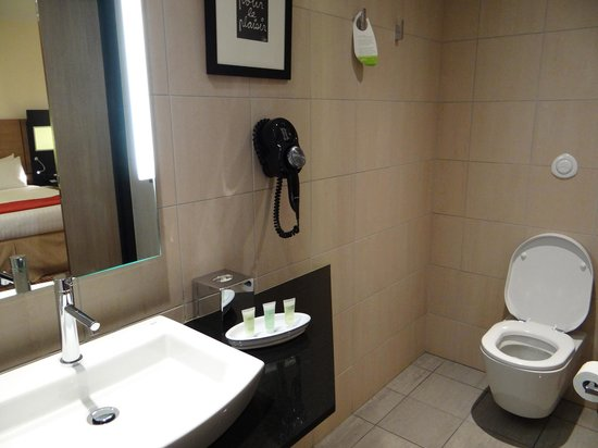 Courtyard by Marriott Paris Boulogne: Room to move around toilet.