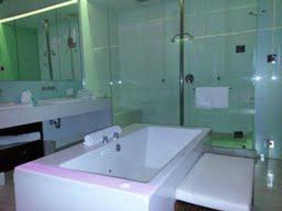 Heat Hotel : This bathroom is huge