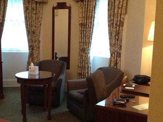 BEST WESTERN Cartland Bridge Hotel: Desk and lounge area