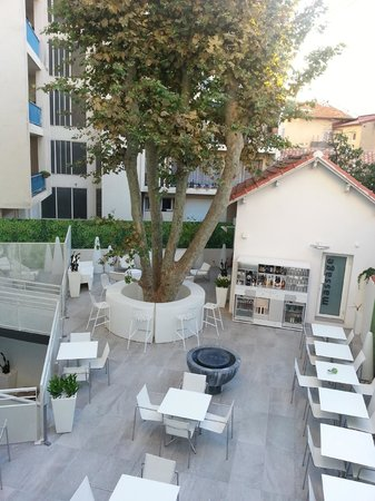 Hotel Cezanne : Overlooking the courtyard bar