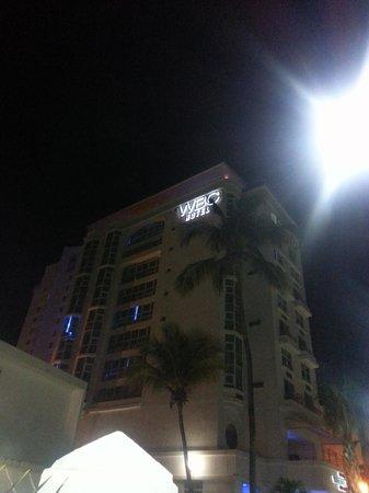 San Juan Water & Beach Club Hotel: hotel at night