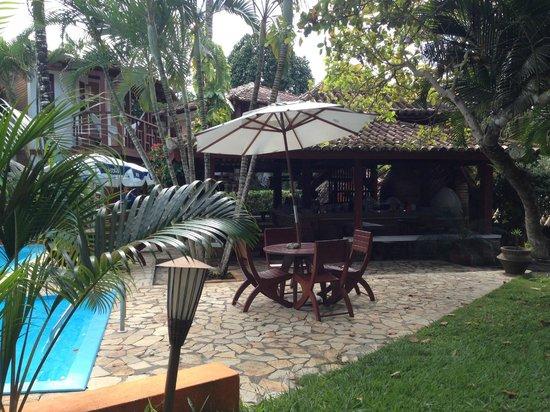 Hotel Pousada Arraial Candeia: area pileta y quincho desayuno