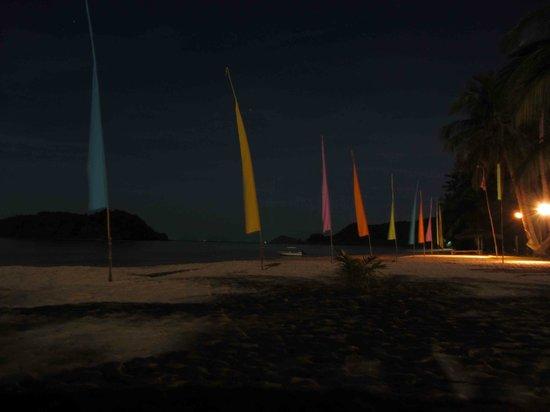 Holiday Beach Resort: Paradies by night