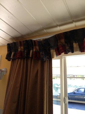 Fallbrook Country Inn: Hanging window covering